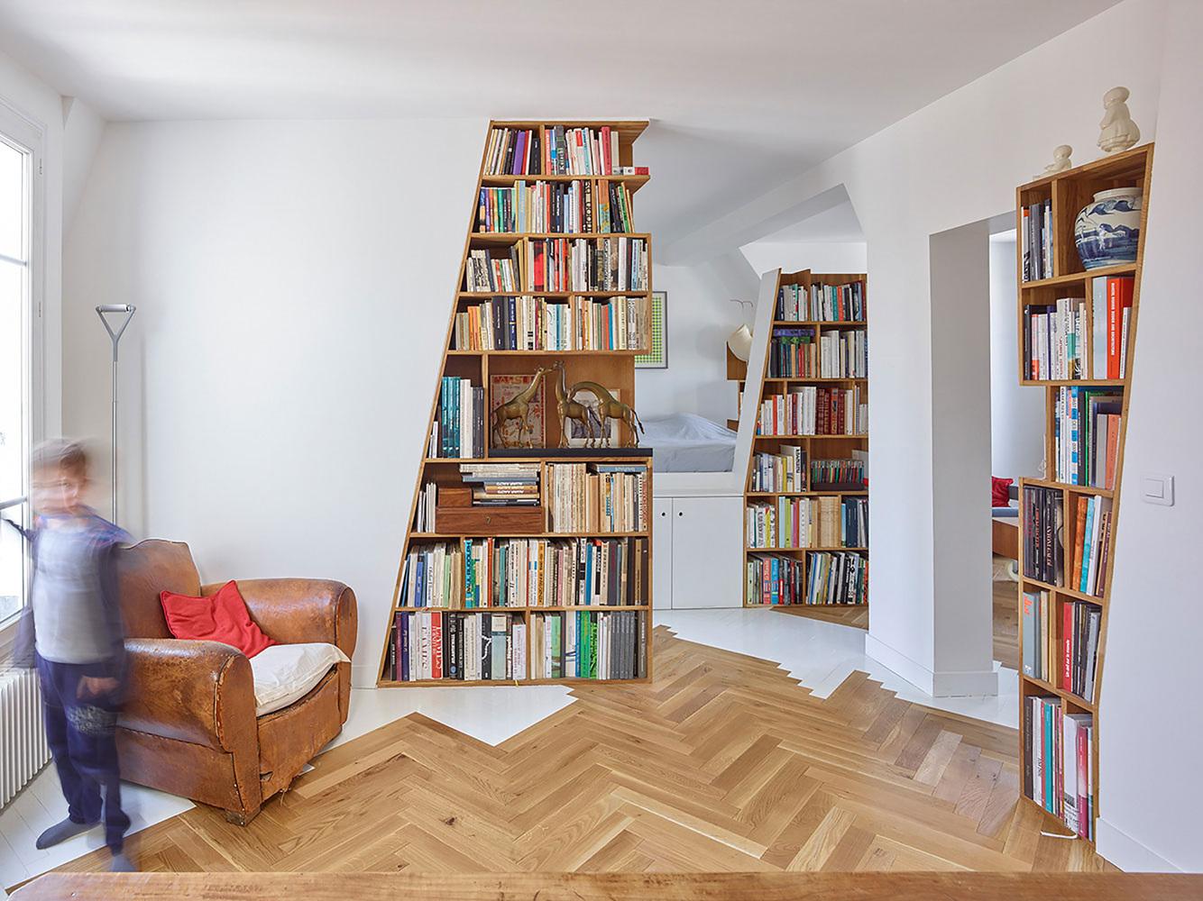 етажерки с книги като прегради в апартамент_8