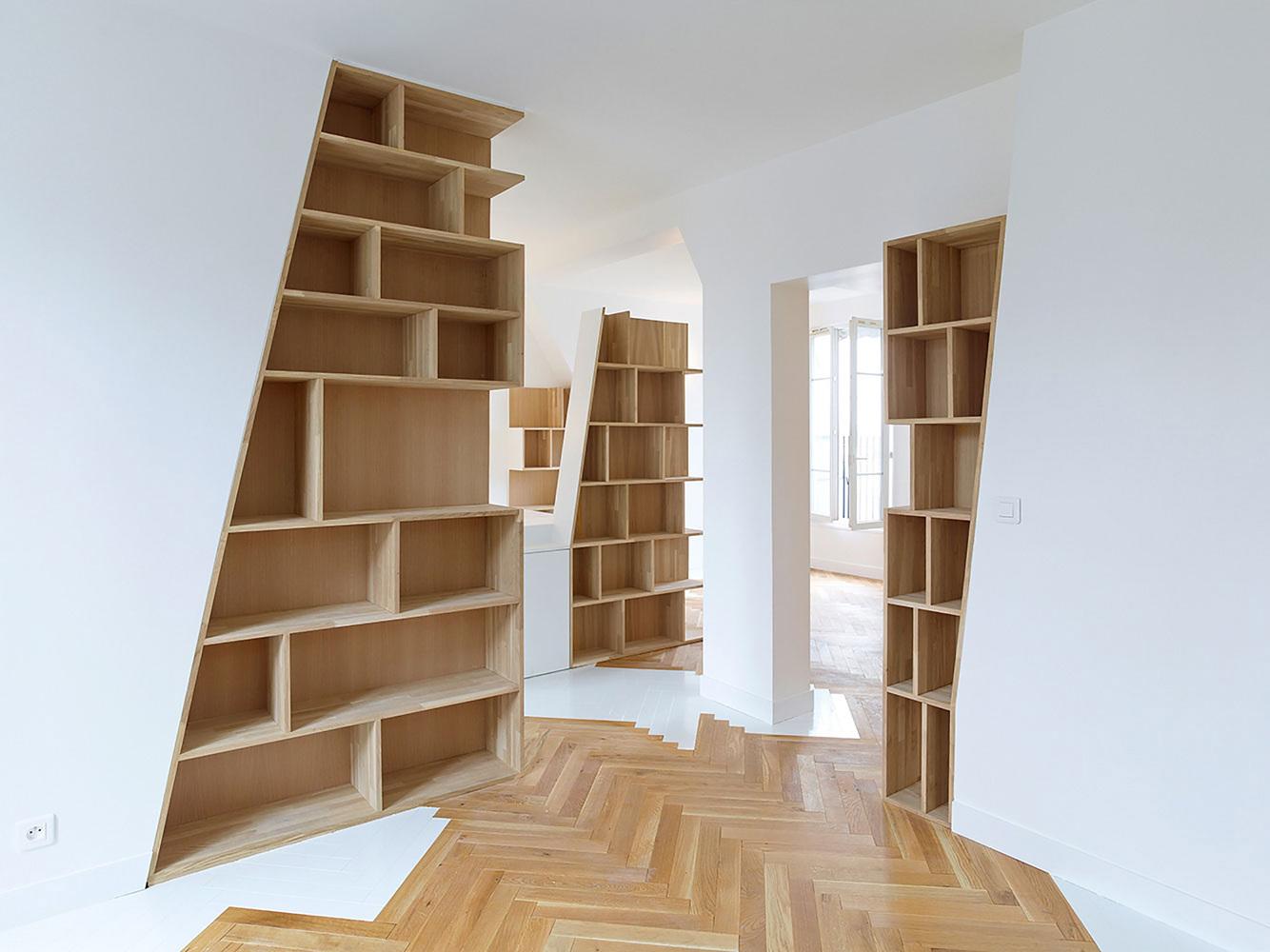 етажерки с книги като прегради в апартамент_9
