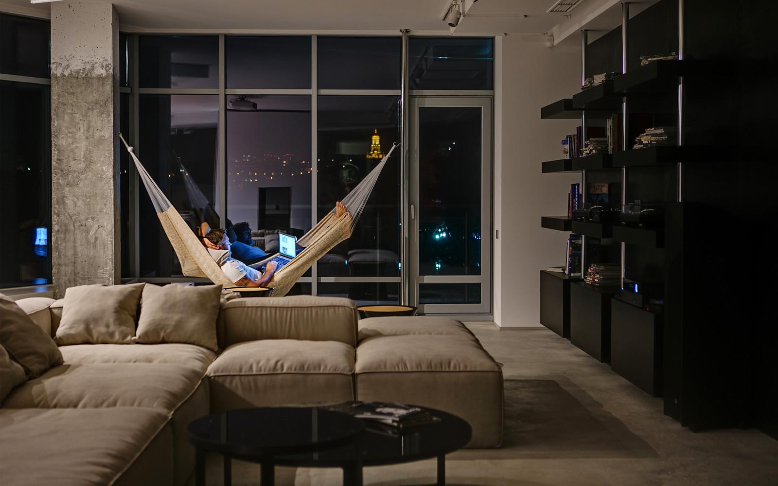 панорамни прозорци и свобода в просторния градски апартамент_1