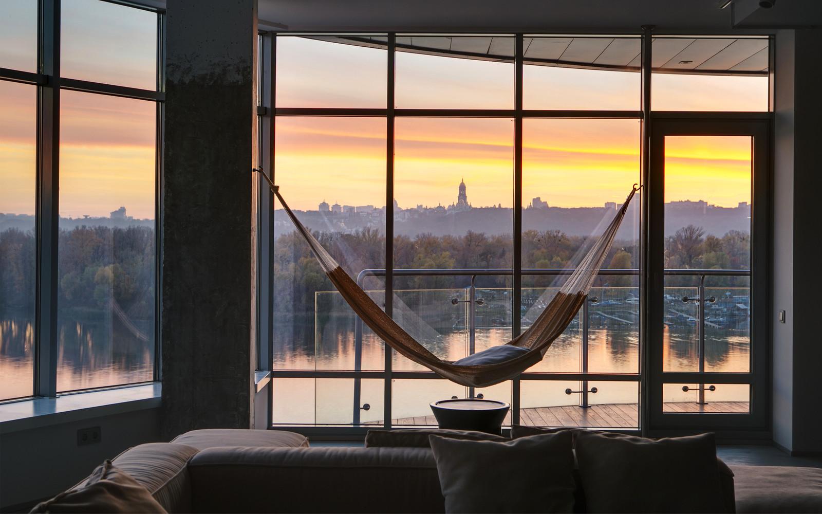 панорамни прозорци и свобода в просторния градски апартамент_10