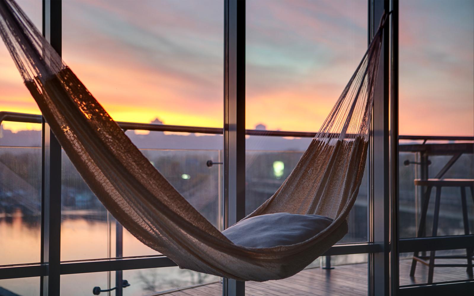 панорамни прозорци и свобода в просторния градски апартамент_11