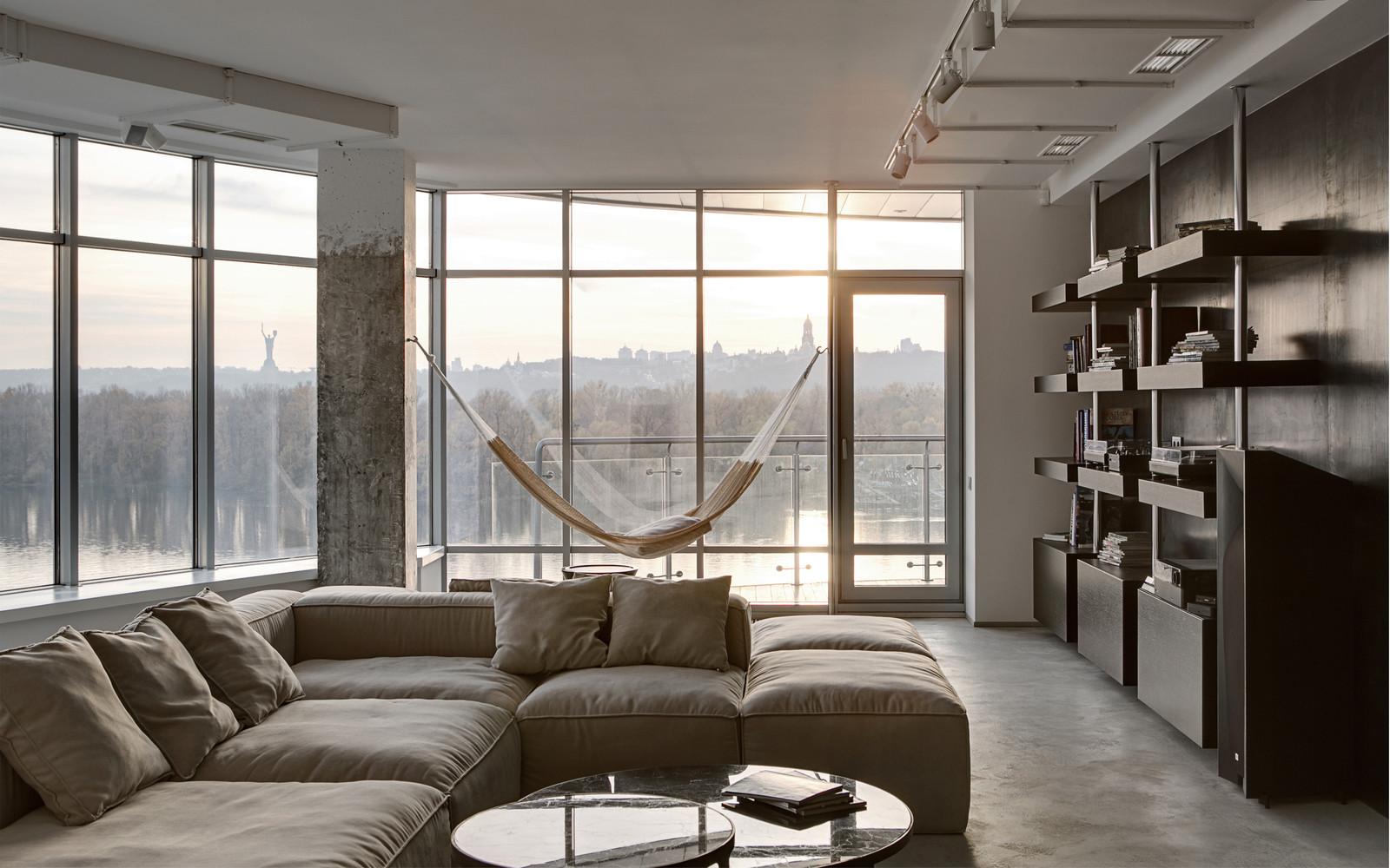 панорамни прозорци и свобода в просторния градски апартамент_12