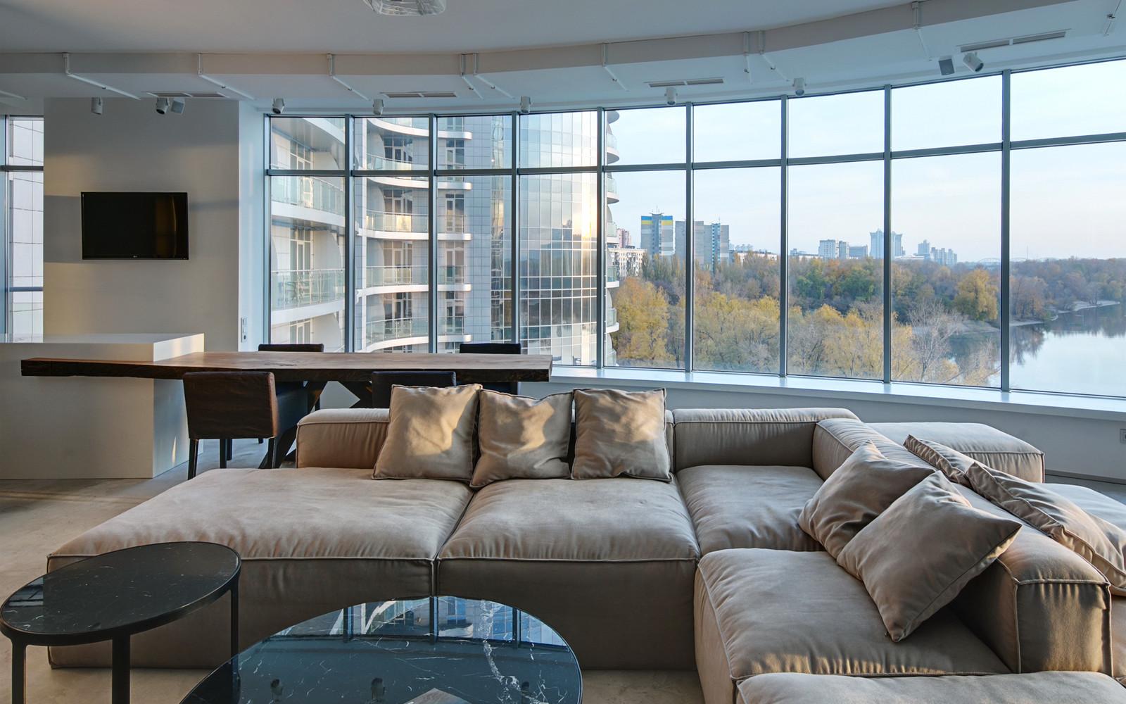 панорамни прозорци и свобода в просторния градски апартамент_13