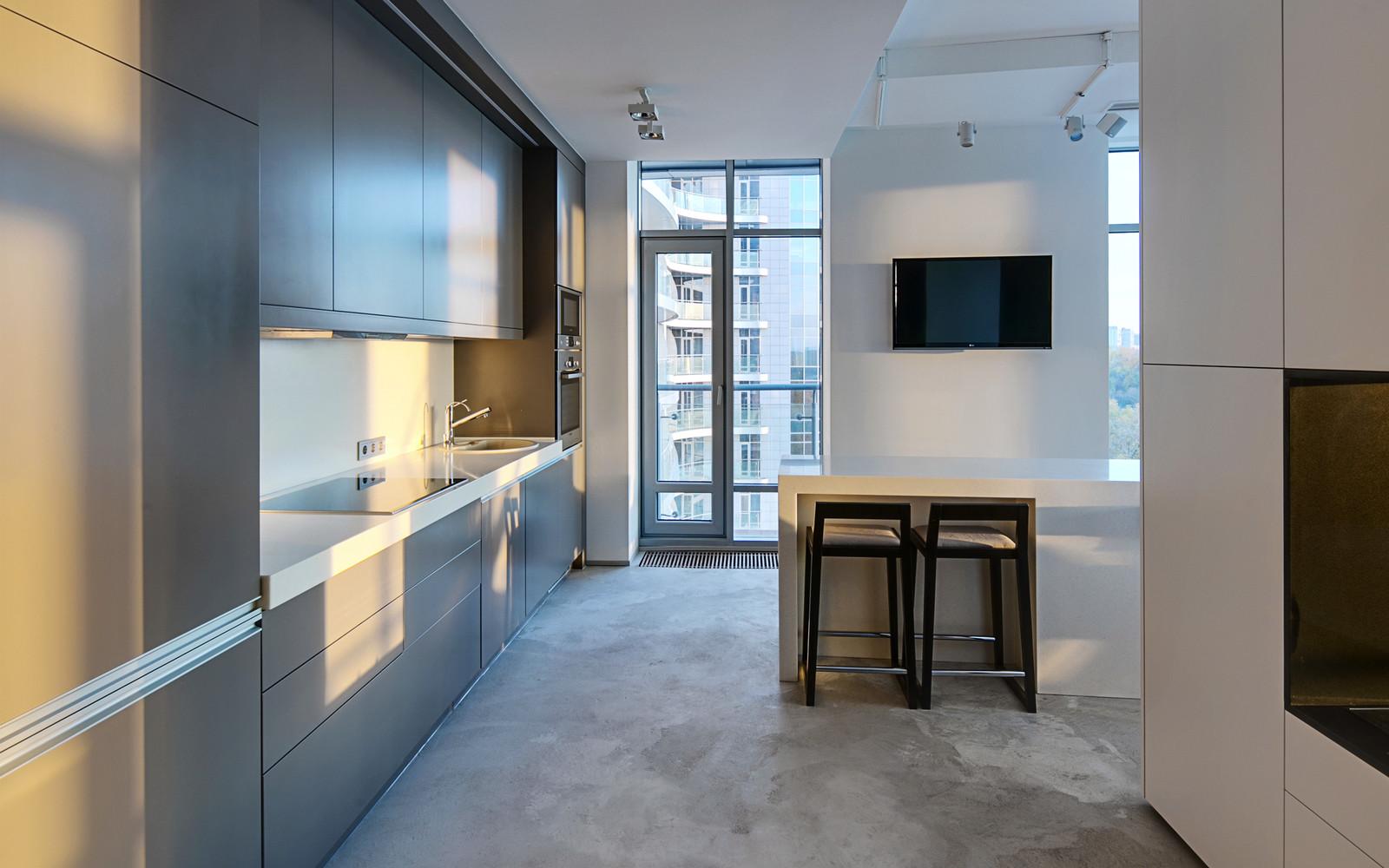 панорамни прозорци и свобода в просторния градски апартамент_18
