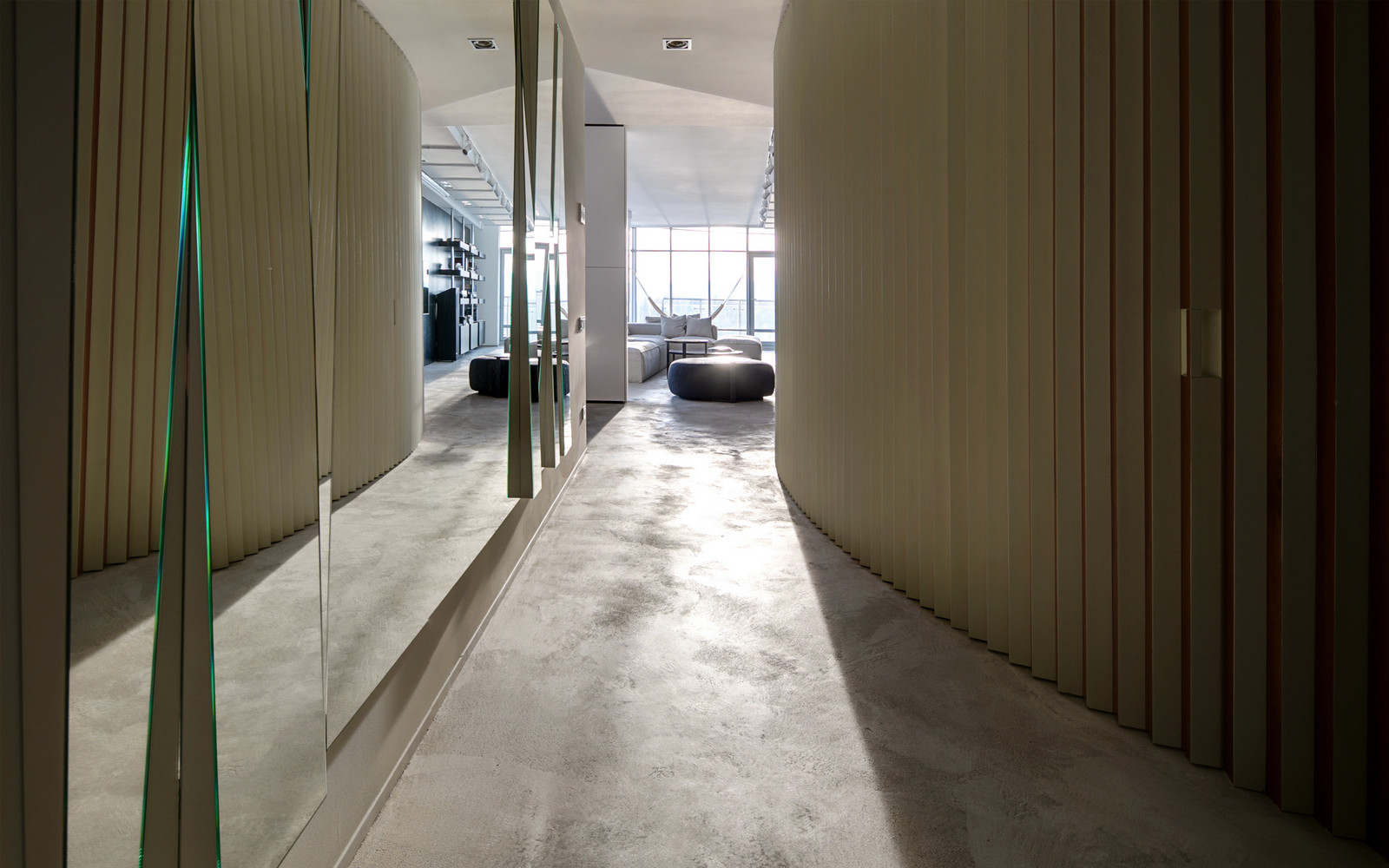 панорамни прозорци и свобода в просторния градски апартамент_19