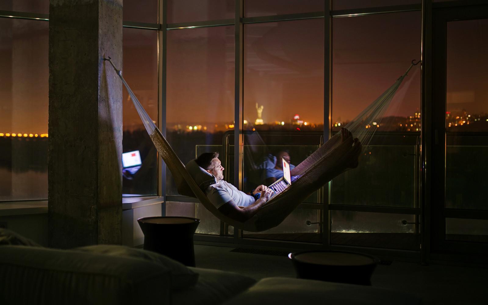 панорамни прозорци и свобода в просторния градски апартамент_28