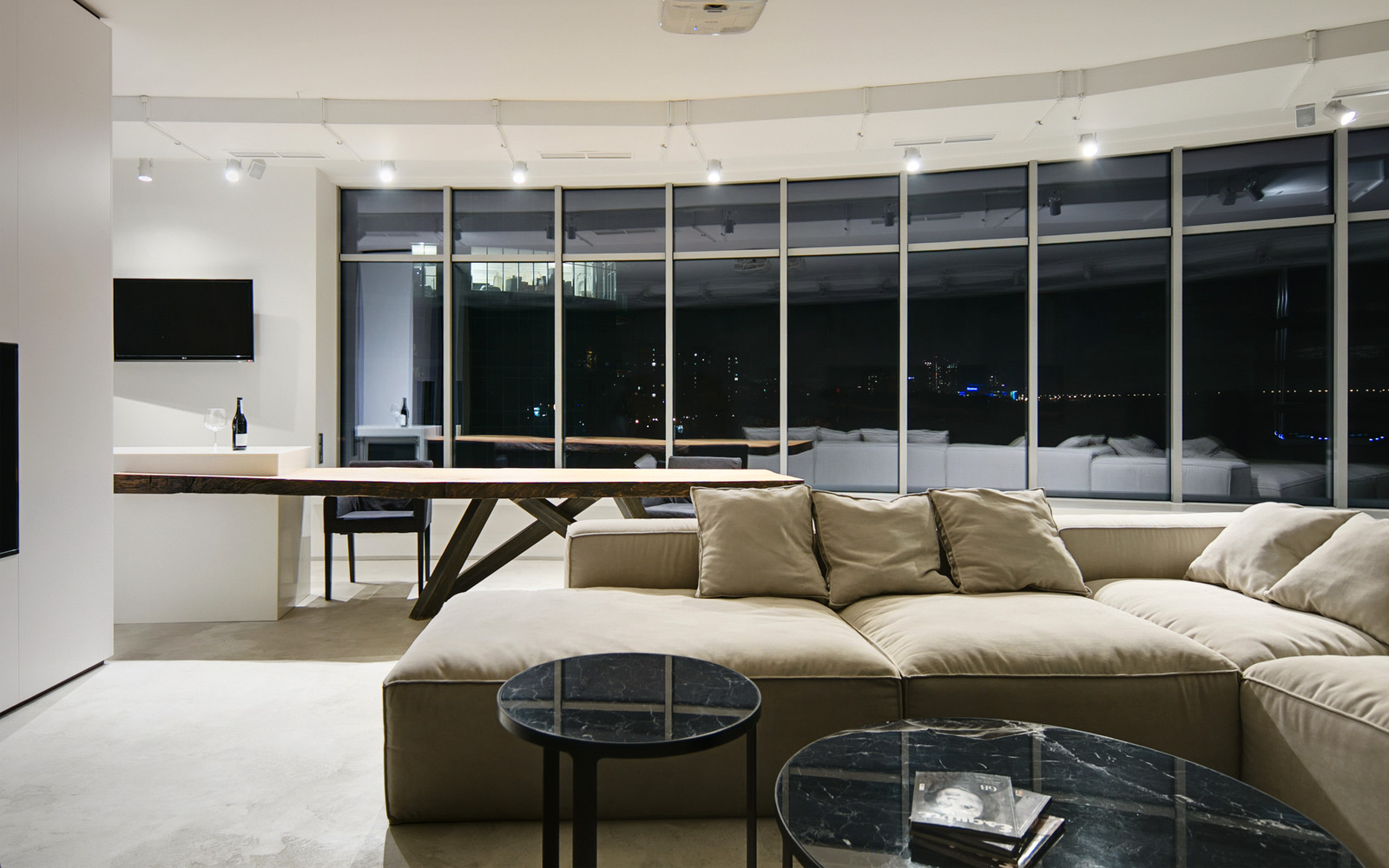 панорамни прозорци и свобода в просторния градски апартамент_4