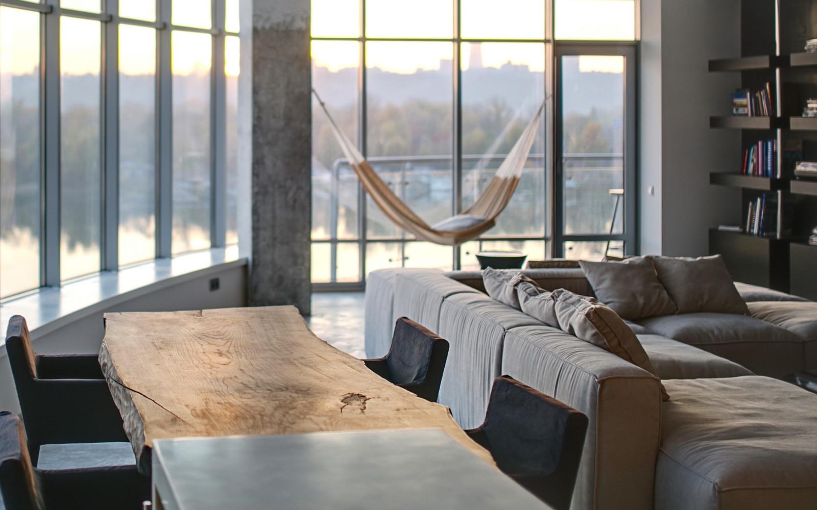 панорамни прозорци и свобода в просторния градски апартамент_8