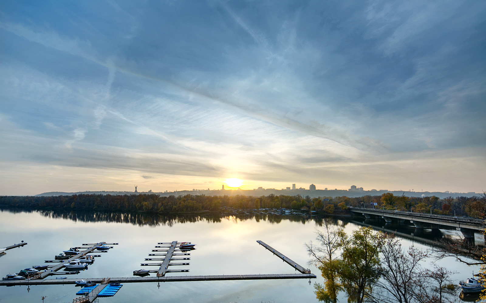 панорамни прозорци и свобода в просторния градски апартамент_9