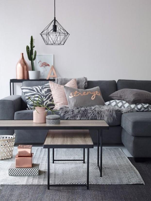 сив диван и розови възглавници