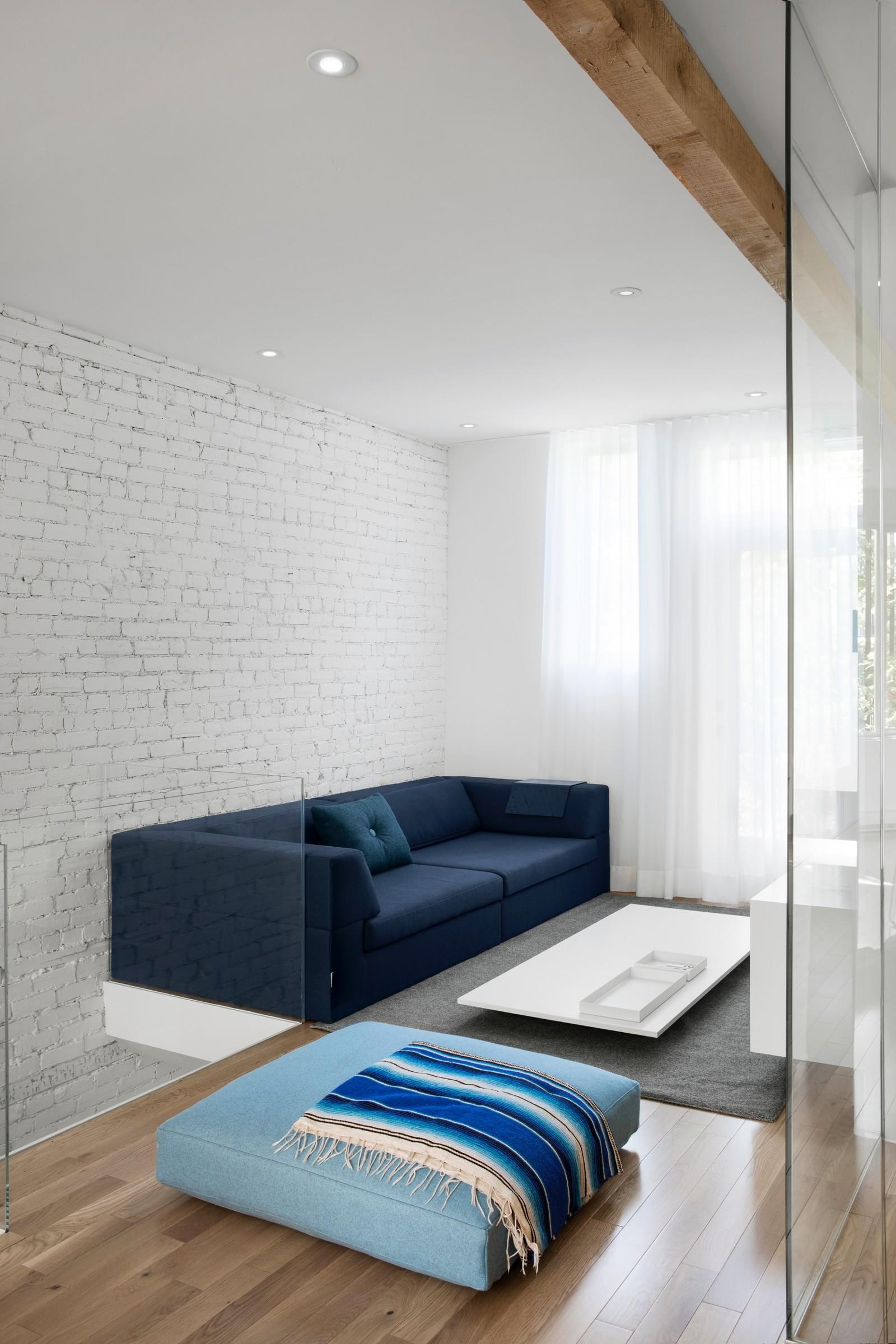 съвременно жилище с тухлени стени_6