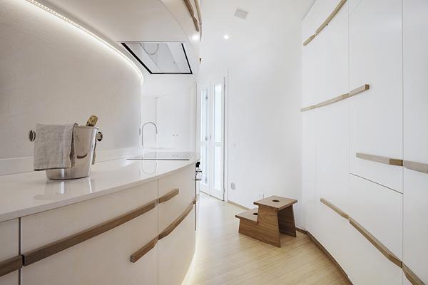 бяло и дърво_елегантен апартамент в Италия_10