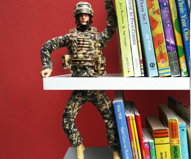 държач за книги - от играчка войник