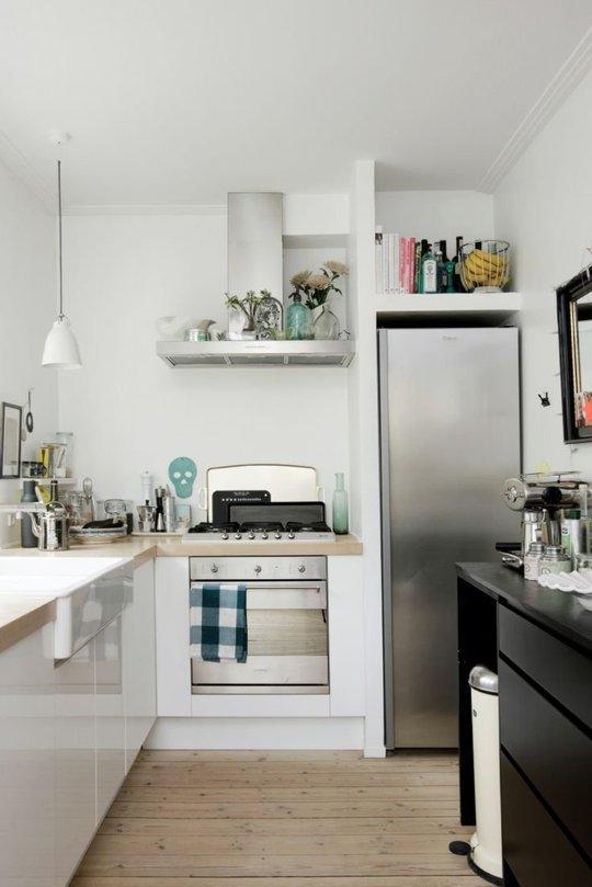 практични идеи за малка кухня - рафтове над хладилника