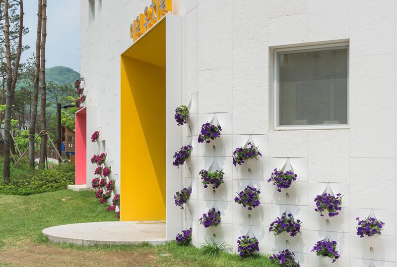 вградени саксии с цветя във фасада_3
