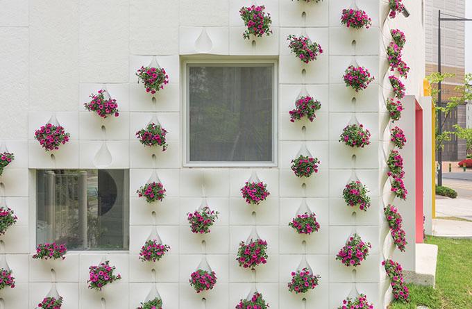 вградени саксии с цветя във фасада_6