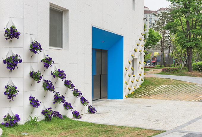 вградени саксии с цветя във фасада_8