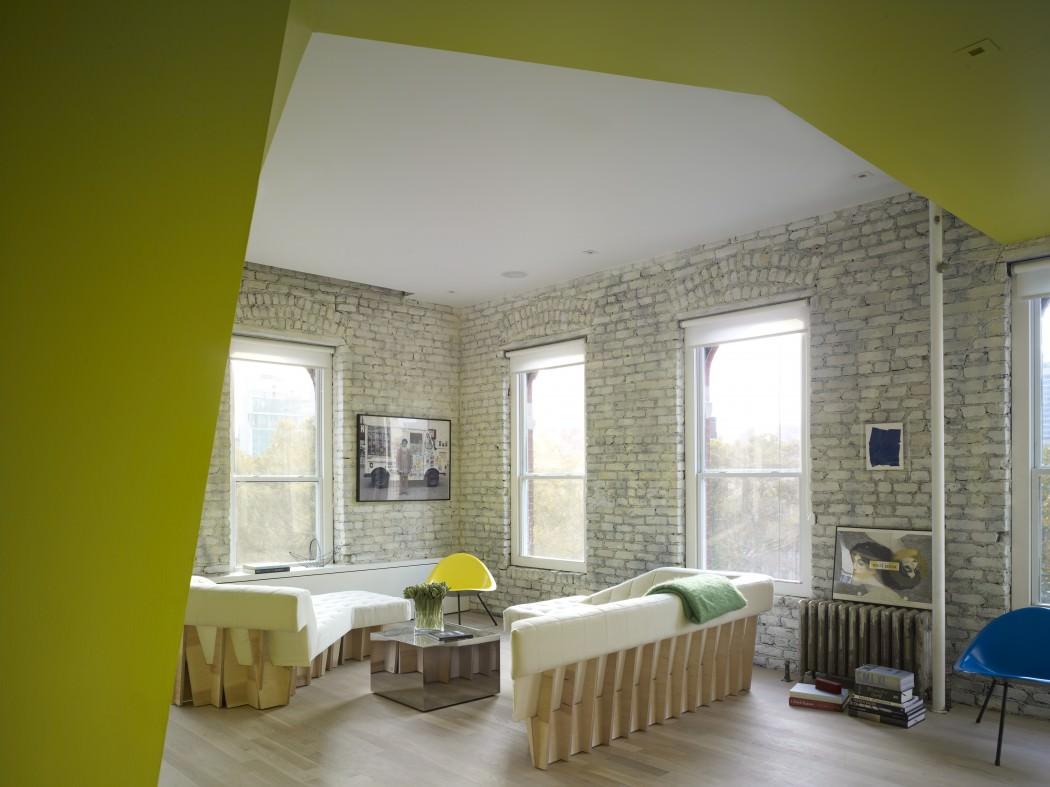 нестандартни мебели и светли цветове в старо жилище