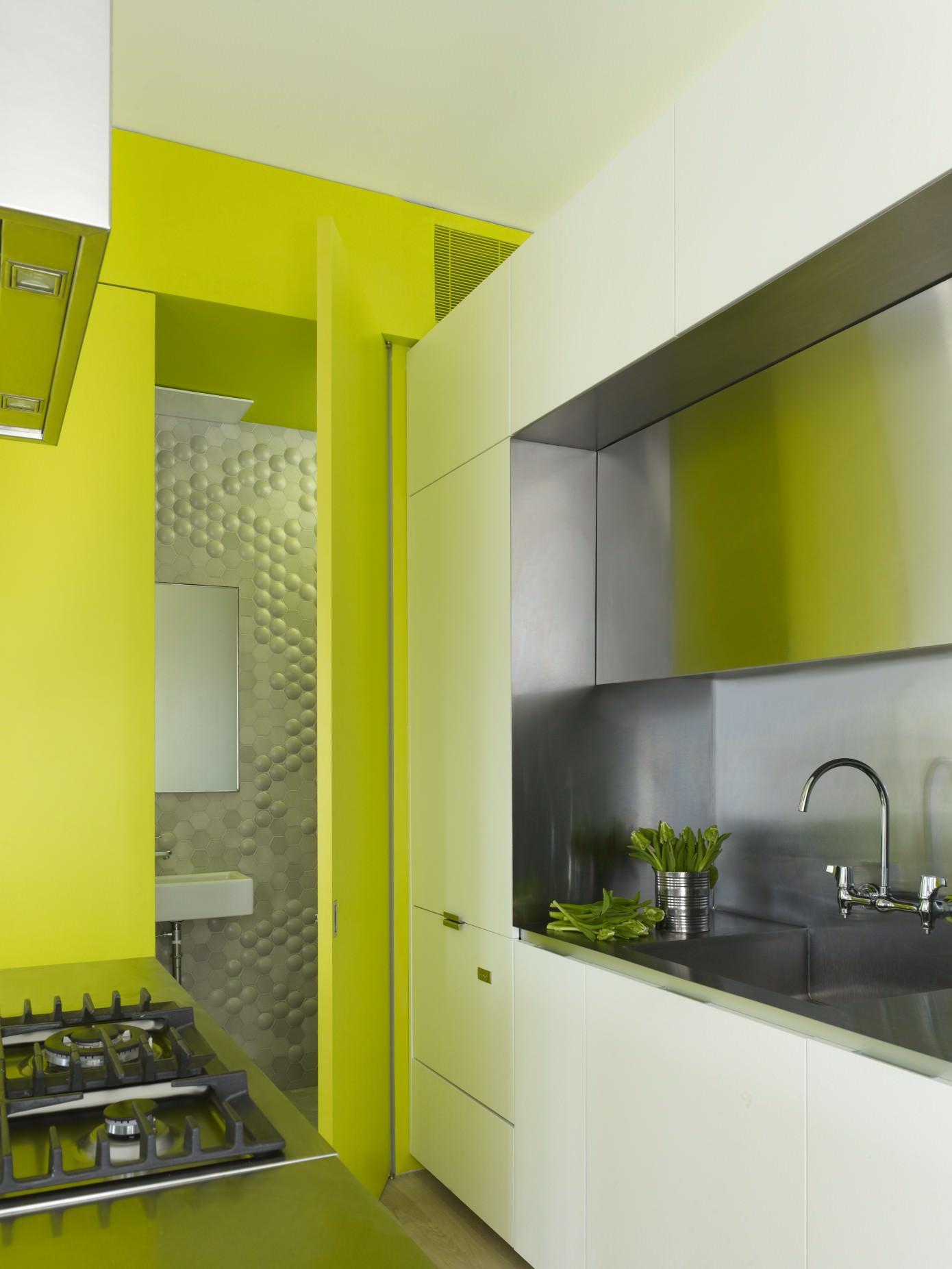 нестандартни мебели и светли цветове в старо жилище_17