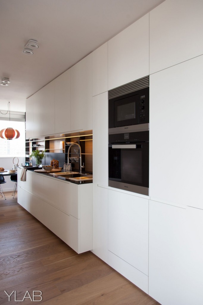 хол и кухня в едно_модерен дом Барселона_10