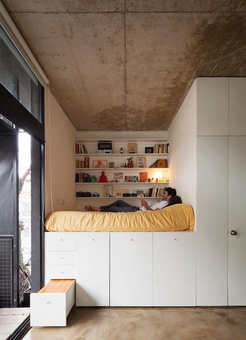 Легло върху високи шкафове