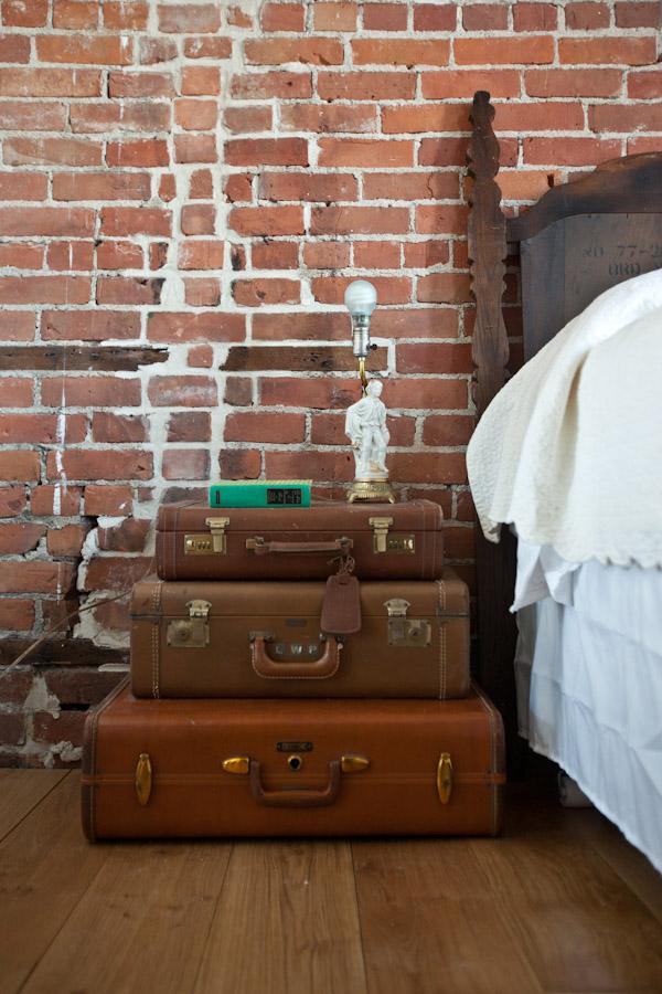 нощно шкафче куфар 2