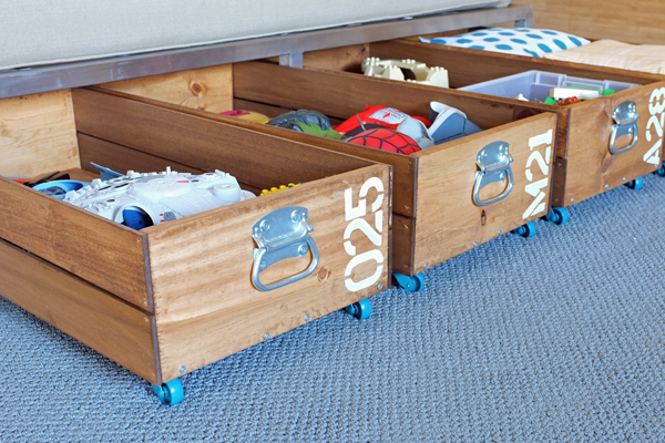 ред с кутии под леглото