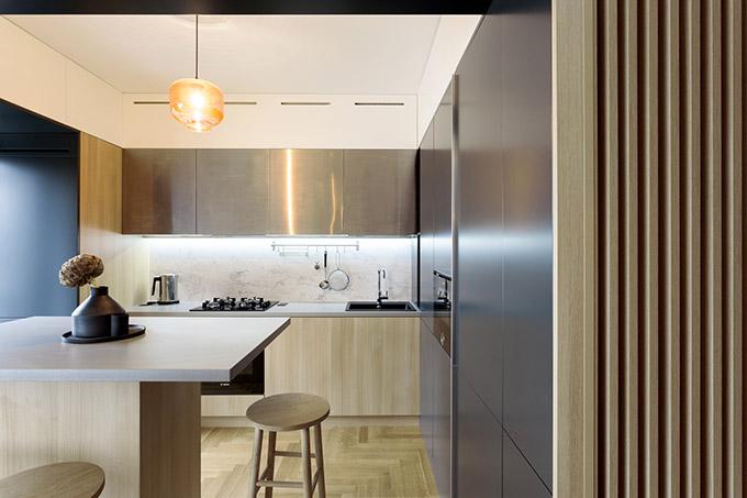 дърво и сиво интериор кухня