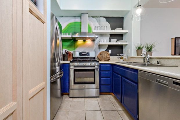 кухня със цветна стена